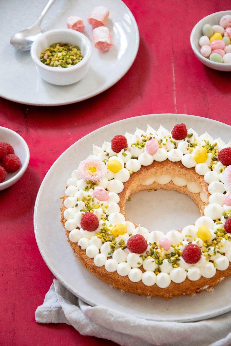 Couronne de Pâques aux biscuits roses de Reims,chocolat blanc,framboise & pistache